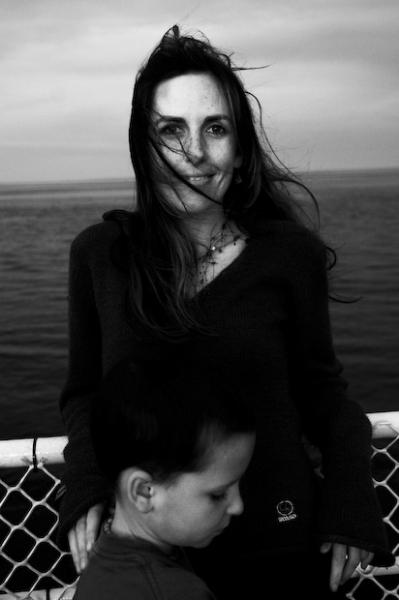 Geneviève et son enfant, sur un ferry