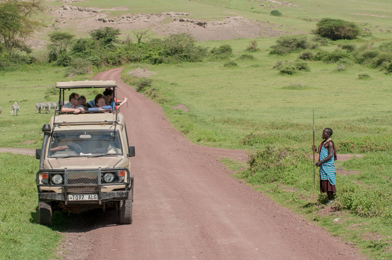 Après avoir reçu l'argent, le massaï pose pour les touristes