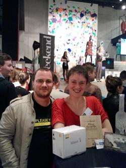 Julie et Michel avec l'award, le nikon 1 et une bouteille de vodka (photo prise à partir d'un gsm)