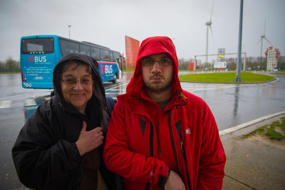 Michel et sa maman à la douane UK avant de passer sous la manche avec le bus idbus