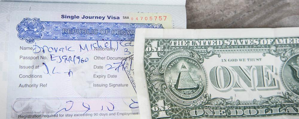 Le visa de Michel avec un billet d'un dollars à côté : difficile de passer les douanes du Kenya sans des billets de 50$