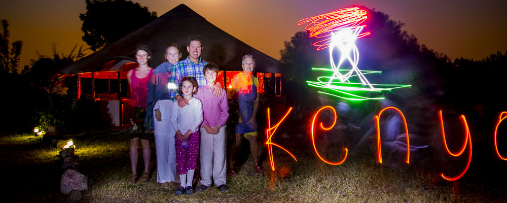 du lightpainting avec la famille Turner : le drapeau du kenya et l'inscription Kenya