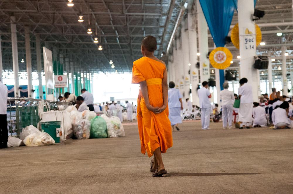 un moine se balade dans une allée