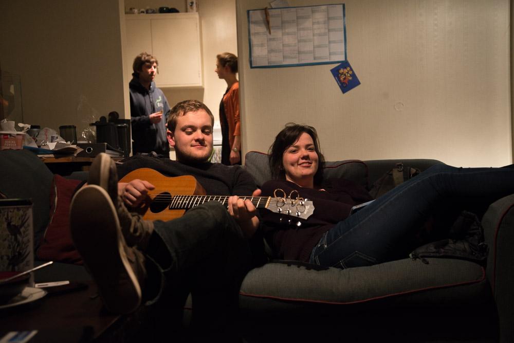 deux couchsurfeurs jouant de la guitare