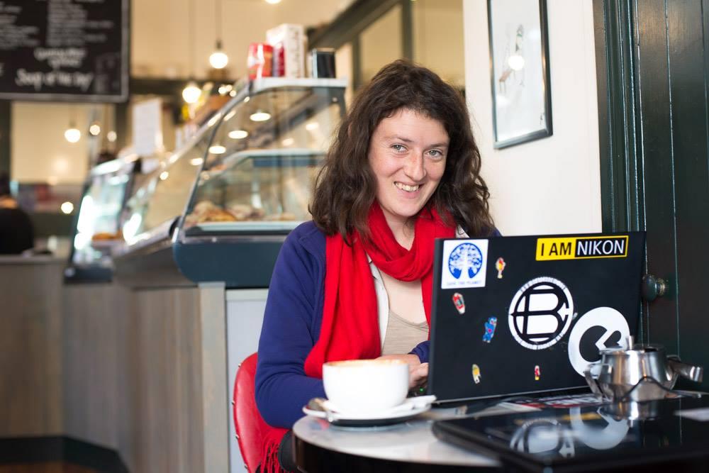 Comment accéder à internet en Nouvelle-Zélande : Julie travaillant dans un café à Dunedin