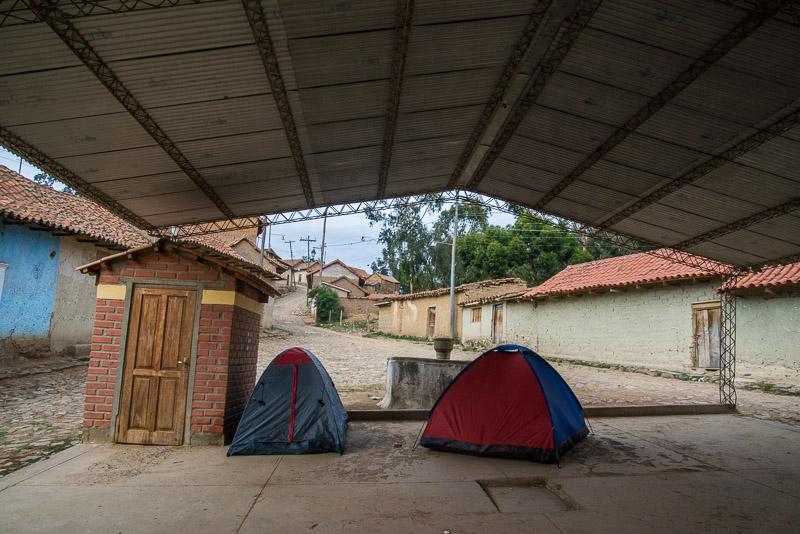 mettre sa tente sur la place du marché du village de Totora