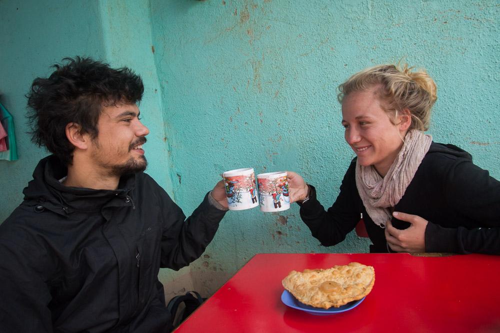 Robin et Géraldine profite du déjeuner et de l'API à Totora