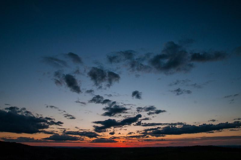 Le ciel rougit d'Auvergne dans les Servières © Michel Dvorak / Du Monde au Tournant
