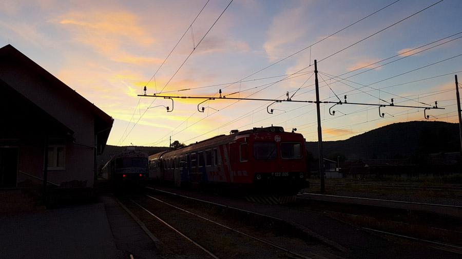 La gare d'Ogulin, de nuit